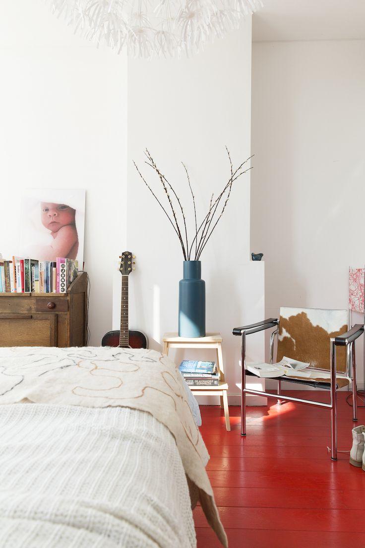 La casa del suelo rojo de madera. ¡Me encanta! Más en el blog: http://www.micasanoesdemuñecas.com/la-casa-del-suelo-rojo-de-madera/