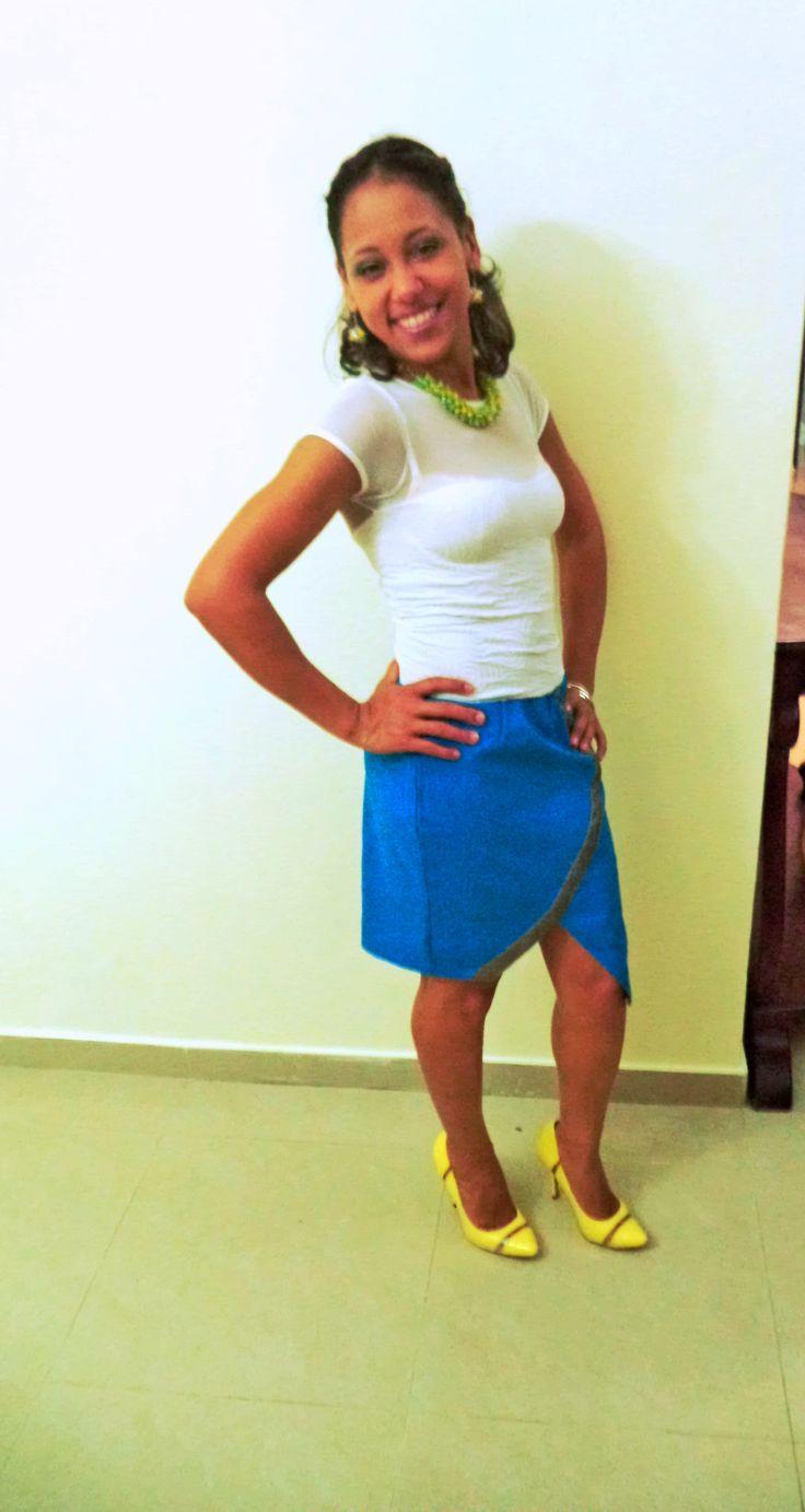 Blusa blanca con transparencia, falda en corte al frente con toque de líneas metálicas, zapatos amarillos combinados con set de aretes y collar en amarillo y verde. Local store via Bugui's Fashion!