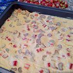Ruck zuck Rhabarberkuchen Rezept auf wwwjernrivedebacken kuchen gebck eat backenmachtglcklich rhabarber rhabarberkuchen rezept kaffee coffee coffeetime cake caf food foodporn recipe jernrive baking bake bakery sweet yummy