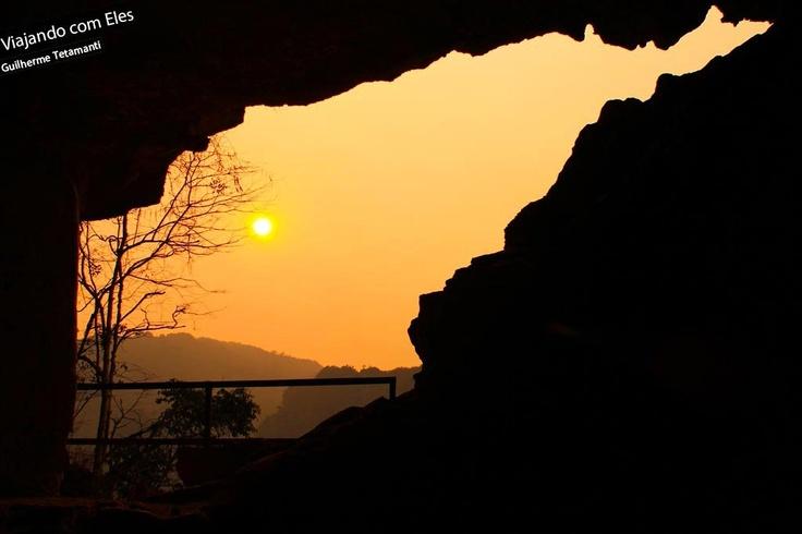 Vieng Xai é uma das cidades mais importantes para contar a história recente do Laos, país que foi devastado durante a 2ª Guerra Mundial. Foi ali, que o governo comunista conseguiu se proteger dos constantes ataques dos Estados Unidos. Devido à geografia da região, composta por formações rochosas que formam centenas de cavernas, parte da população, incluindo exército e governo, conseguiu se proteger das mais de 70 milhões de bombas lançadas entre 1964 e 1973.