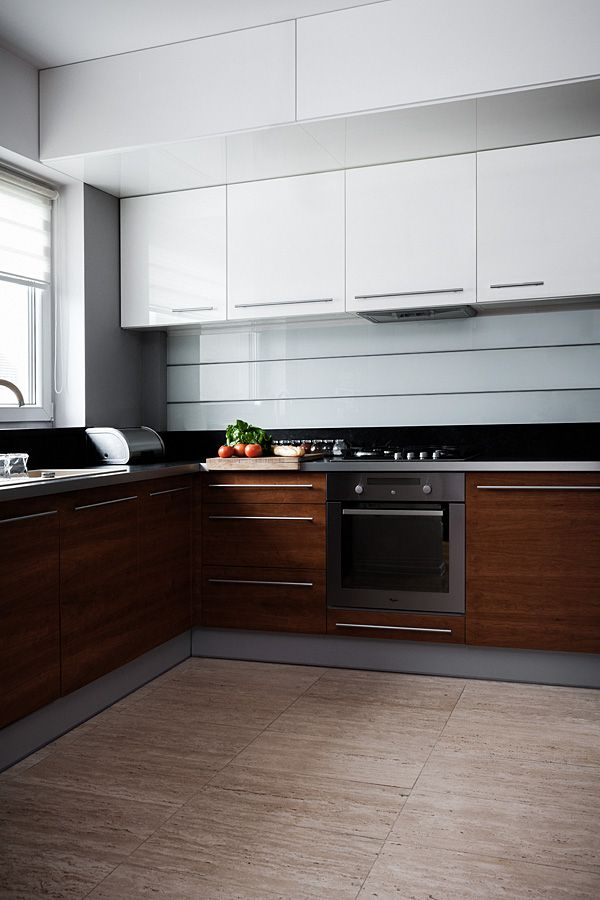 """Kuchnia w kształcie litery """"L"""" subtelnie oddzielona od pozostałych pomieszczeń, mająca jednak charakter otwarty, widoczna z pokoju dziennego. Bardzo ergonomicznie urządzona, minimalistyczna.  Projekt i realizacja MEBLE MERDA Twoje wnętrze, Twój charakter www.meblemerda.pl #meblekuchenne #kuchnie #wnetrza #meble #design"""