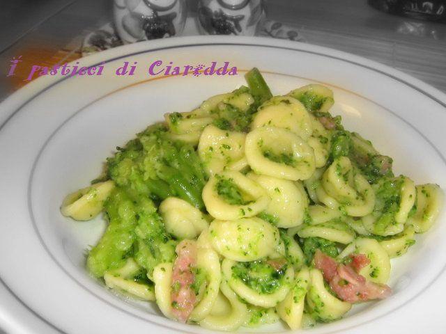 Le orecchiette con broccoli e pancetta è  un primo piatto molto saporito tipico del meridione, in particolare della mia amata Puglia!!!
