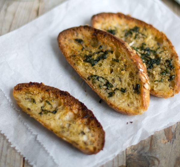 Knoflookbrood voor bij de soep