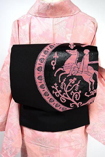 葡萄の実と鳥や鹿、騎馬をモチーフとした古代ペルシアの浪漫を感じる装飾円文様が織りだされた名古屋帯です。