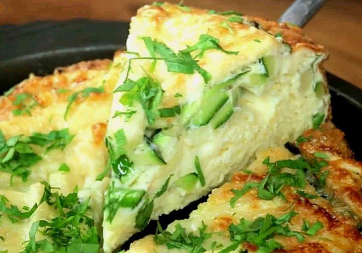 Ett jätteenkelt och kanongott recept på zucchini- och parmesanfrittata som du svänger ihop till frukost/brunch eller bara som tillbehör till lite kallskuret