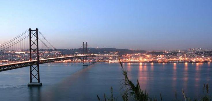 ¡No dejes de viajar!  Ven a Portugal y agota la tarjeta de memoria de tu cámara fotográfica, cruzando los puentes de #Lisboa, paseando por sus calles...  No te puedes perder un atardecer sobre el río Tajo mientras cruzas alguno de los puentes...  Información y reservas siguiendo a nuestro enlace http://j.mp/SsMjdj