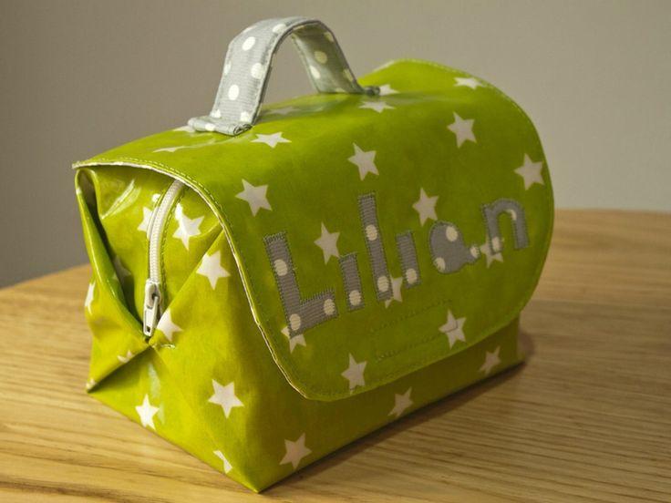 Tuto du sac à goûter (sur le principe de la valisette) Pour simplifier, il serait plus simple de coudre le rabat AVANT de former le corps du sac.