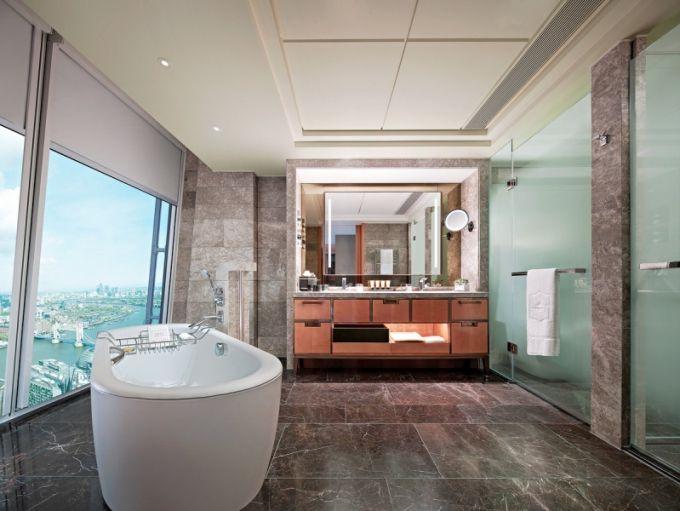 Součástí každé koupelny je vyhřívaná podlaha, zrcadla s integrovanou televizí a volně stojící vana