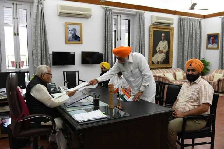 A high level delegation of Shiromani Akali Dal (SAD), U.P. state met the Governor of U.P. Mr. Ram Naik and apprised him of the grave problems being confronted by the members of Sikh community living in the state. During the course of the meeting, the attention of the Governor was brought to issue of non-utilization of compensation awarded to the victims of 1984 anti-Sikh massacre. #AkalisforSikhs