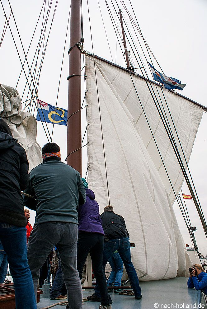 Segeln auf dem IJsselmeer.  Segel setzen auf dem traditionellen Dreimaster Elizabeth  #ijsselmeer #segeln #niederlande #holland #segelschiff #großsegler