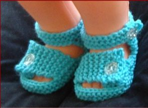 Knitting pattern for 8ply baby sandals with buttoned straps.