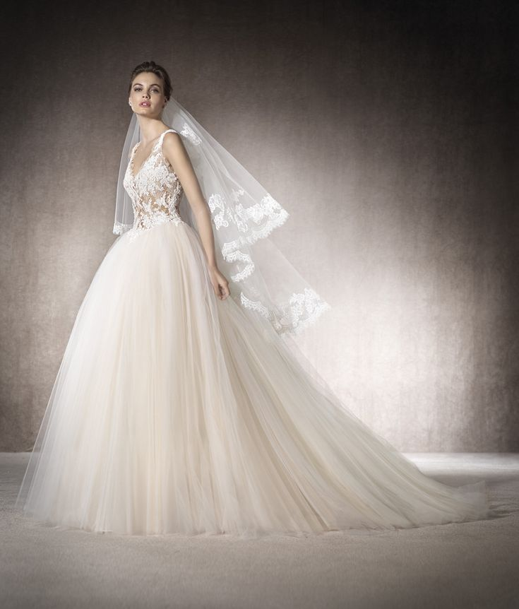 Beautiful princess dress with bodice in Chantilly, lace, guipure, thread embroidery and gemstones that melt into the V-neckline and skin and create a tattoo effect. The tulle skirt adds volume to the piece.