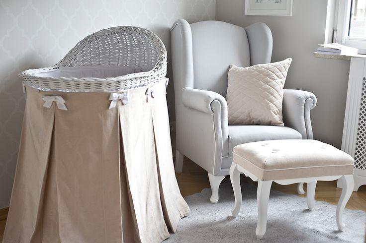 Niezwykle efektowne łóżeczko dla noworodka, wykonane z naturalnej, ręcznie plecionej polskiej wikliny w kolorze białym. Z powodzeniem zastąpi tradycyjną kołyskę.