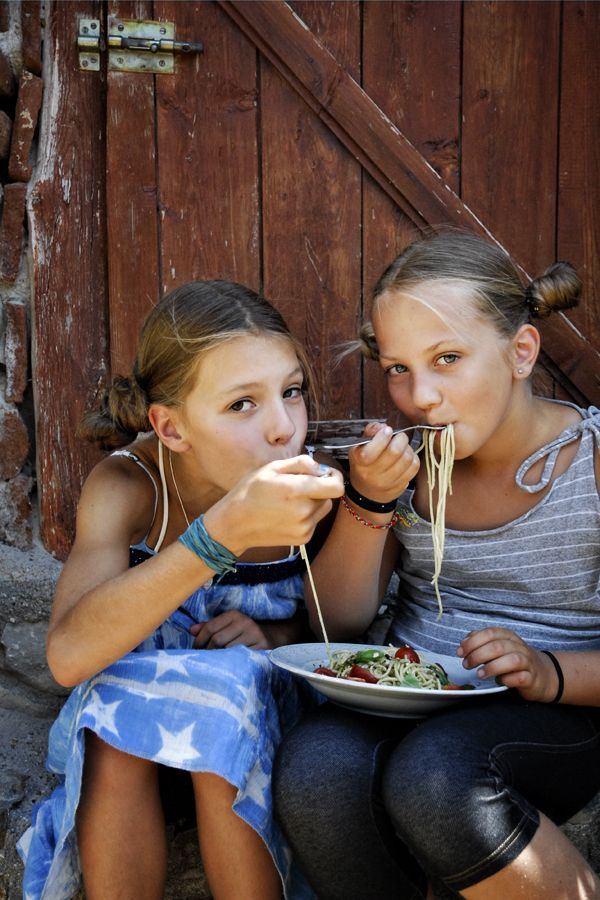 Mia & Miss Py: Paradicsomos-pesztós tészta // Pasta with Tomatoes & Pesto, made by two young ladies