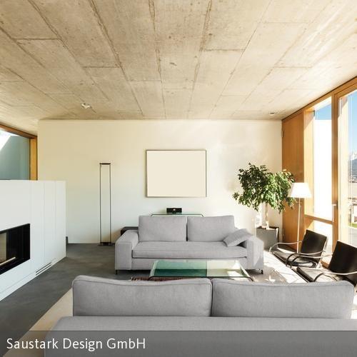 Graues Sofa, rohe Betondecke und Holzfenster. Natürlich und cool wohnen zugleich!