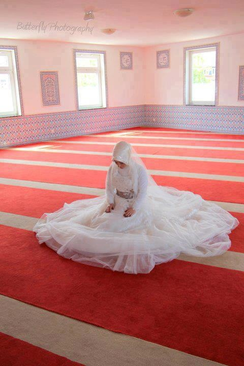 A muslim bride praying in her gown .. It must be strong faith that makes one on such a special day not forget the most important .. Allah subhanuh .. Breath taking :)