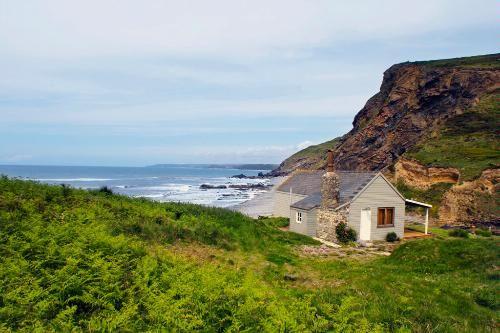 Now that is a getaway: North Cornwall, UK: Dreams Getaways, West Eggs, Beach Huts, Places, Eggs Blog, Beach Shack, Little Cottages, Huts Cornwall, North Cornwall