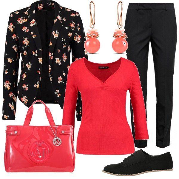 Una giacca con motivi floreali viene proposta con un paio di pantaloni di taglio maschile e una maglia rossa a maniche lunghe, Le scarpe sono delle stringate nere, mentre la borsa mano è rossa. Gli orecchini con pendenti delicatamente rosati completano la composizione.
