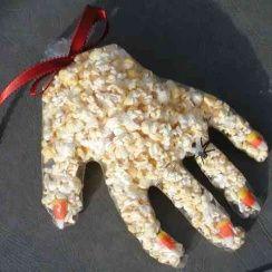 Recette Halloween des Mains de Monstres : glisse dans chaque doigt d'un gant en latex des pop Corn, referme avec un élastique ou du ruban Pour les personnes allergiques au latex, on peut faire ça avec les gants en plastiques transparents (le même plastique transparent que les protections de pains)