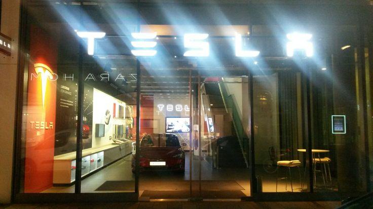 Tesla Dealer in Hamburg (D)