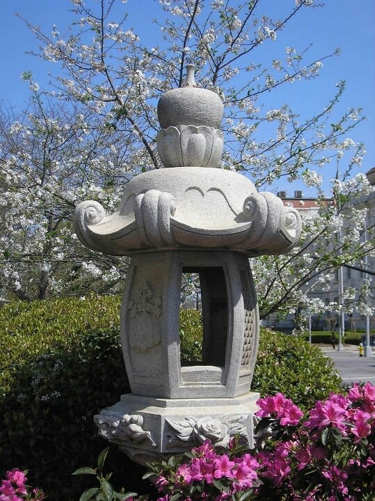 Japanese statue on Third Street