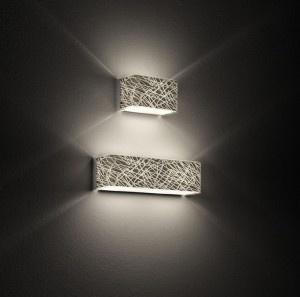 Block P14 Parete Platino Serigrafato  Lampada da parete (applique) disegnata dal Leucos Design team nel 2009 con struttura in metallo verniciato titanio lampada disponibile o in vetro serigrafato effetto tridimensionale o bianco. Lunghezza 14cm profondita 8,5 cm.