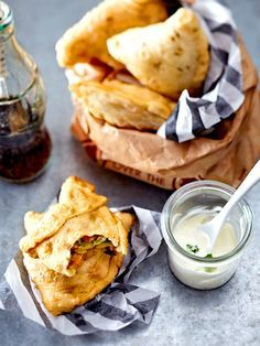 Köstliche indische Teigtaschen, herzhaft-süß gefüllt: Samosas mit Mangolinsen und Schmand-Dip