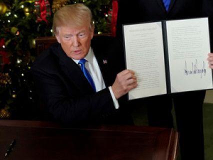 O correspondente da SIC, Henrique Cymerman, diz que a decisão de Donald Trump condiciona o papel dos Estados Unidos na mediação do processo de paz no Médio Oriente. Fala ainda de uma terceira via sugerida por um dos dirigentes palestinianos, que propõe um único estado para israelitas e palestinianos.... http://sicnoticias.sapo.pt/opiniao/2017-12-07-Os-Estados-Unidos-sao-agora-vistos-pelo-mundo-arabe-como-pro-israelitas