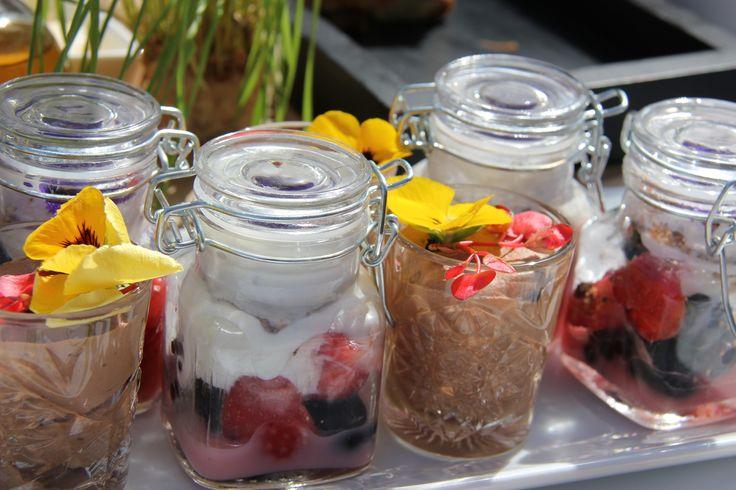 """""""Dessert"""" in weckpotjes: gemarineerd seizoensfruit met huisgemaakte hangop, en chocolademousse met met bloesem"""