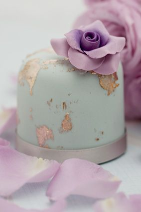 I love the color and gold leaf on this cake. I'm also in love with the mini cakes. (from Rachelles Beautiful Bespoke Cakes)