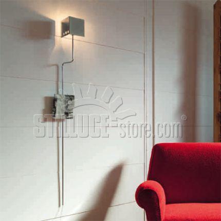 Linealight Ma&De Momaboma lampada parete con stelo. Momaboma è una famiglia di lampade in metallo cromato  con una base in resina epossidica nella quale sono immersi fogli di riviste originali d'epoca. Attacco predisposto per lampadine E27 con possibilità di installare una lampadina con qualsiasi sorgente.