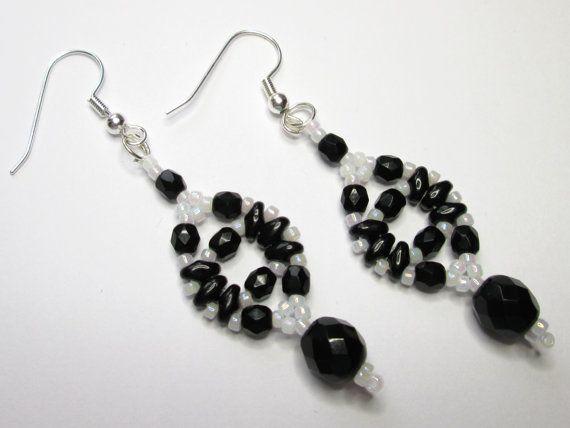 Blanco y negro pendientes aretes de cristal por AquaStudioDesigns