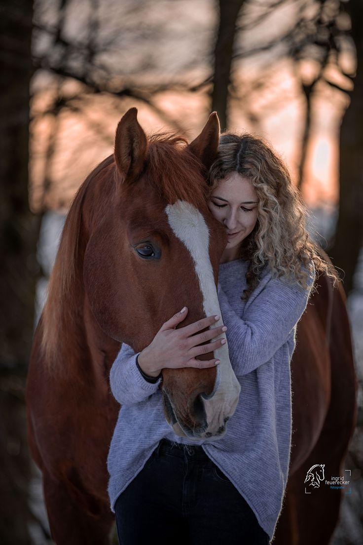 Pferdefotografie Ingrid Feuerecker   Horse Photography Winter   Portrait von einer jungen Frau mit   ihrem Fuchswallach. Authentische und emotionale P…