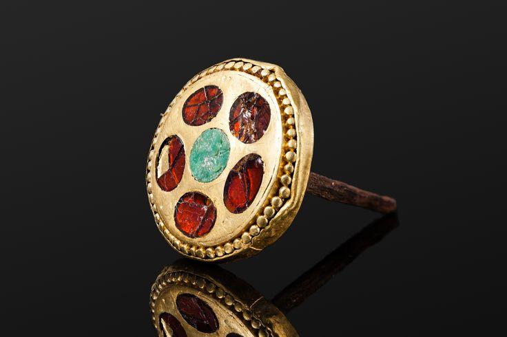 Навершие рукояти. Бронза, золото, камень или стекло. Диаметр шляпки 3,6 см; длина всего изделия 4,8 см.
