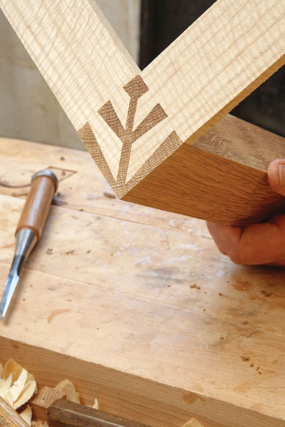 Dans cet article, nous allons voir comment les assemblages japonais se prêtent agréablement aux exercices de style pour du mobilier contemporain.  Par John Bullar L'histoire et les traditions de la menuiserie japonaise proviennent directement de l'architecture en bois et de la construction des temples. À partir de cela, le Japon s'est inscrit fièrement dans …