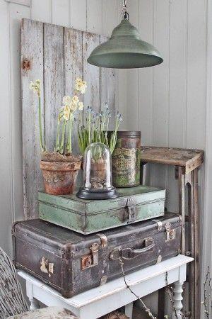 Leuk hoekje zo met oude koffers, een stoere lamp en een mooie stolp