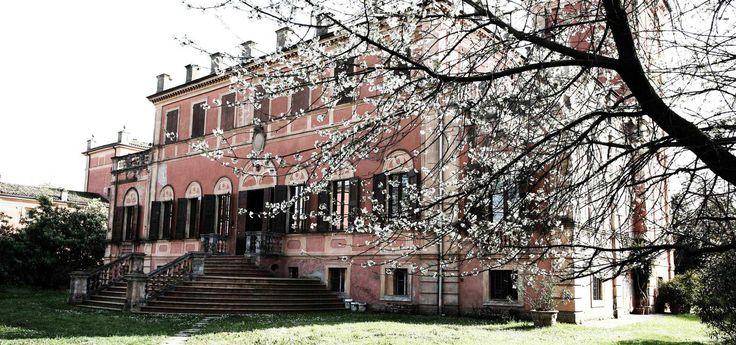 #villamanodori: la #villa vista dal #parco the #mansion seen from the #park -  have a walk #giardino #garden #outdoor #vintage #rétro #villa #wedding #scenography #Italy #shooting #events #meeting