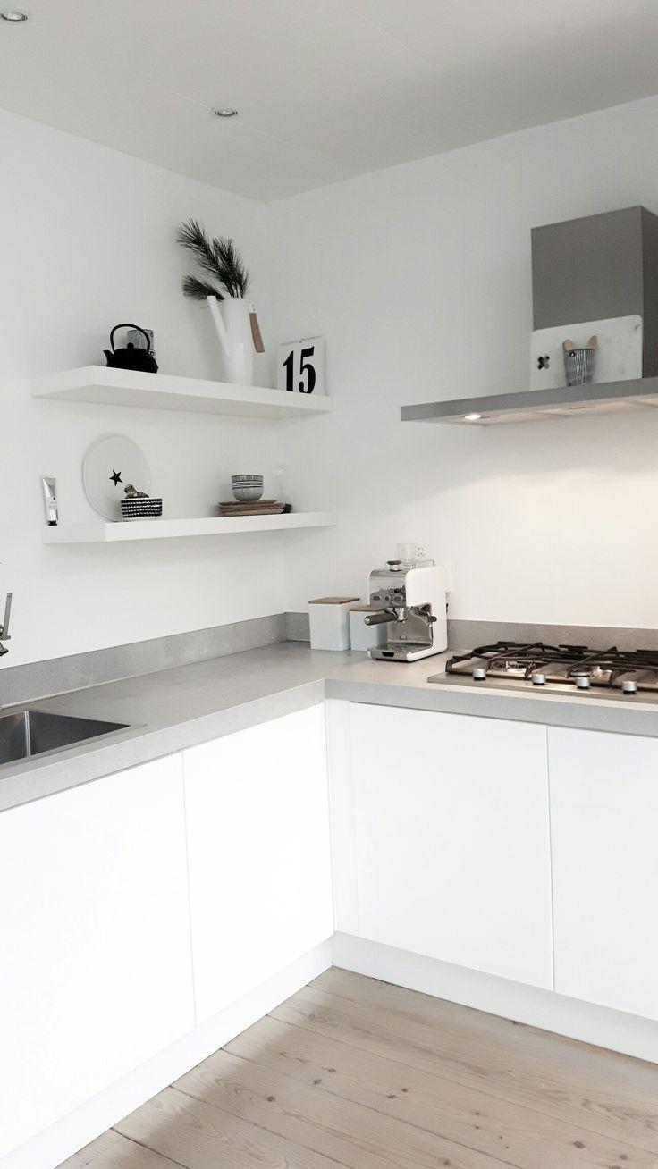 Une #cuisine en #blanc et #gris ! http://www.m-habitat.fr/par-pieces/cuisine/amenager-sa-cuisine-nos-idees-deco-2596_A