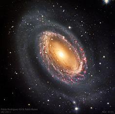 """""""Galaxia espiral barrada."""" El nido espiral NGC 4725 - Junio 2011.. Lugar de observación: Observatorio del Teide (Islas Canarias – España;) 16º 30' 35"""" W, 28º 18' 00"""" N). Telescopio – Telescopio IAC80 (diámetro 82cm). Instrumento– CCD E2V 42-40. Imágenes tomadas y reducidas por – Pablo Rodríguez-Gil y Pablo Bonet. Texto – Pablo Rodríguez-Gil."""