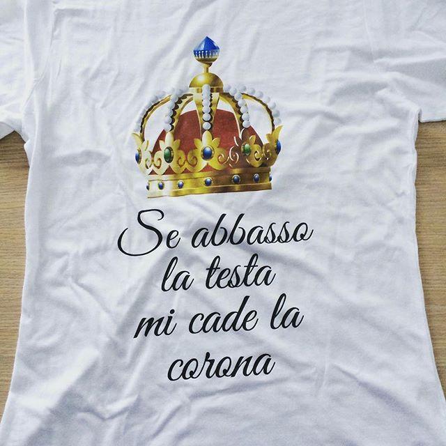 Ragazzi scusate, ma non posso proprio abbassarmi! 👑 👑  Visita il nostro store-----> wwww.ciaocompra.com #regina #re #queen #tshirt #donna #orgliodonna #reginetta #moglie #mamma #frasibelle #frasi #frasidivertenti #frasistupide #frasidamore #frasitumblr #frasiitaliane #frasicelebri #store #shop #offerta #fashion #corona #coronado