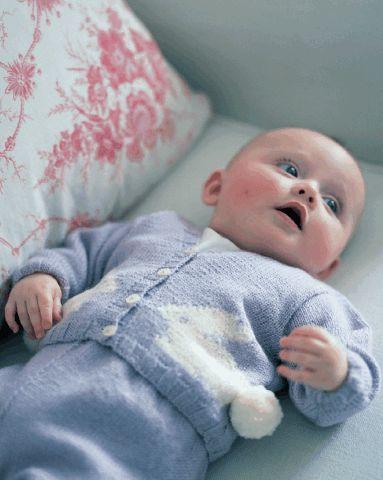 Вязание спицами костюмчика для новорожденного