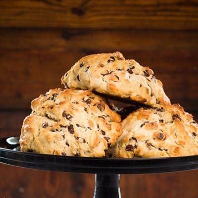 Disse lækre hjemmebagte scones med hvid chokolade, nødder og rosiner er supernemme at bage og er særligt velegnet til eftermiddagsteen.