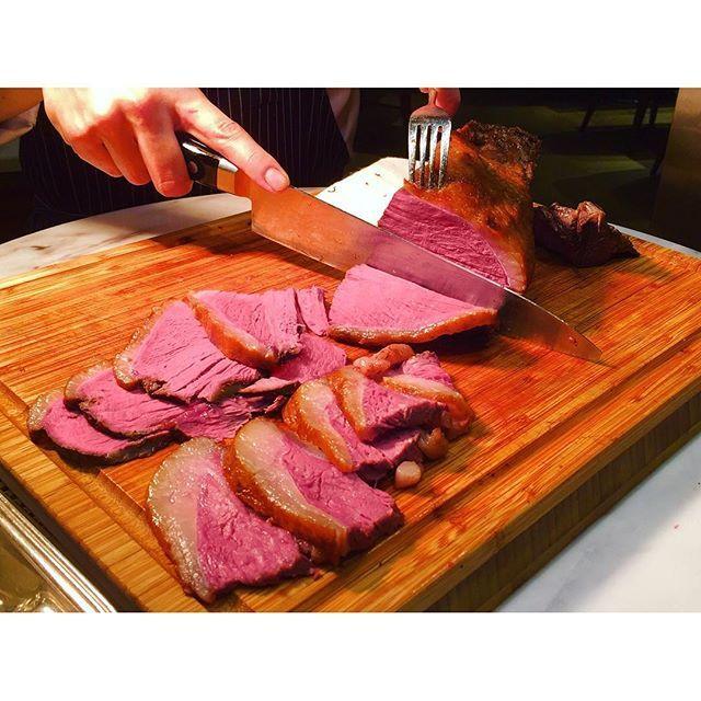 ・ #ヒルトン東京お台場 の「シースケープ」にて #ディナー#ビュッフェ 🍽💕 ・ 国産牛のローストビーフは、低温調理によって肉の旨味が引き出されたジューシーな逸品☺️ ・ 噛み応えがあり肉々しい味はするものの、脂っぽさはないので後味はさっぱり☘️ ・ ソースの他に柚子マスタードやカシスマスタードなどフルーティーなマスタードが5種類も並び、少しずつ付けて食べ比べるのも楽しい〜😋❤️ ・ ・ #ヒルトン東京#お台場#ヒルトン#ホテル#肉#ローストビーフ#牛肉#料理#グルメ#ランチ#レストラン#バイキング#食べ放題#ファインダー越しの私の世界#写真好きな人と繋がりたい#カメラ女子#東京カメラ部#夜ごはん#飯テロ#hotel#tokyo#hilton#beef#roastbeef#foodie#buffet#instafood