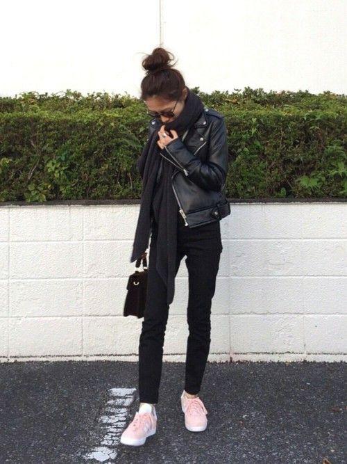 ブラックコーデにピンクのスニーカーで差し色💘 instagram→yyuriel プロフィールから