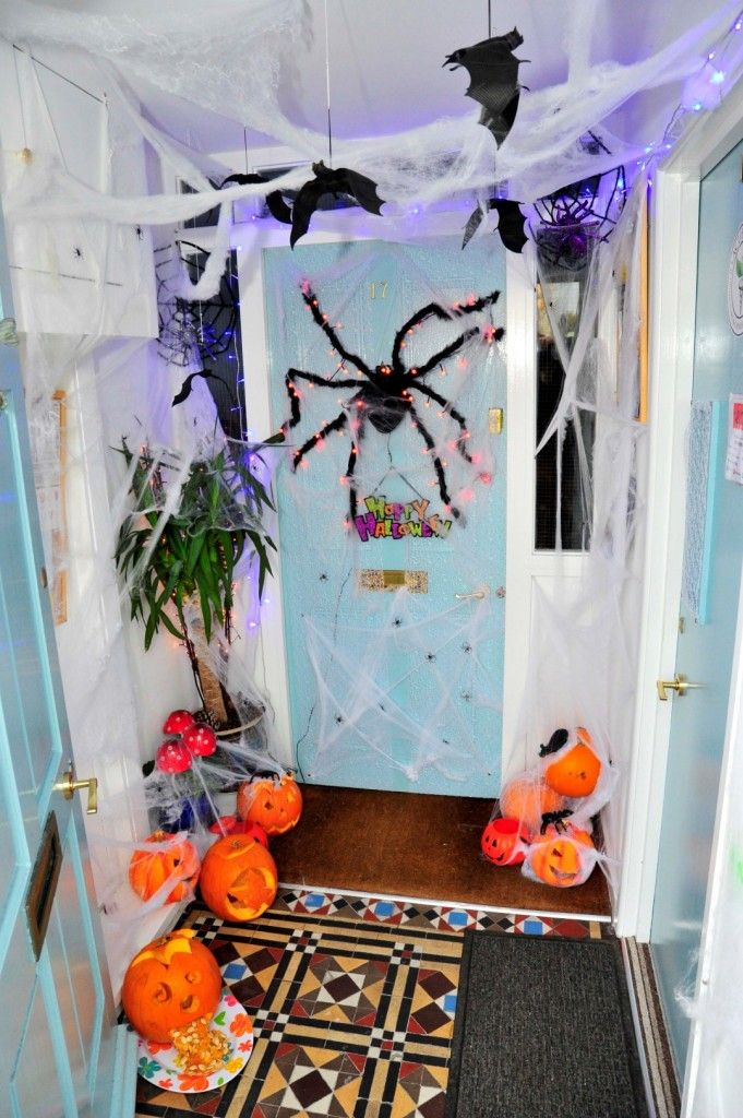 Freaky Friday in Weymouth town centre on 30th October 2015.   Acuherbs entrance.  Picture: Graham Hunt.