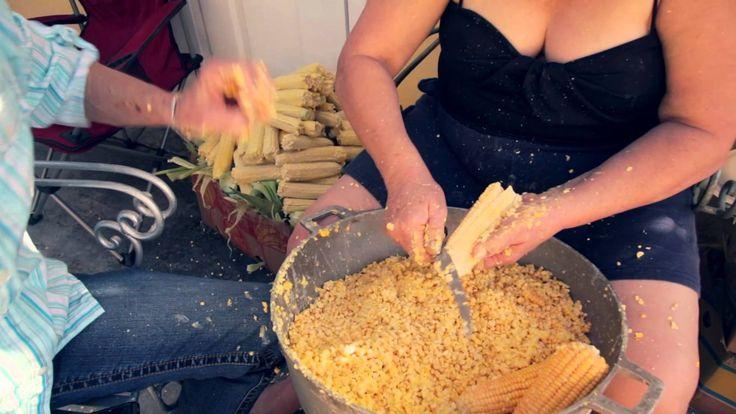 Tamales de maíz hechos en casa. Nosotros le hechamos tambien pedazitos de carne de puerco.