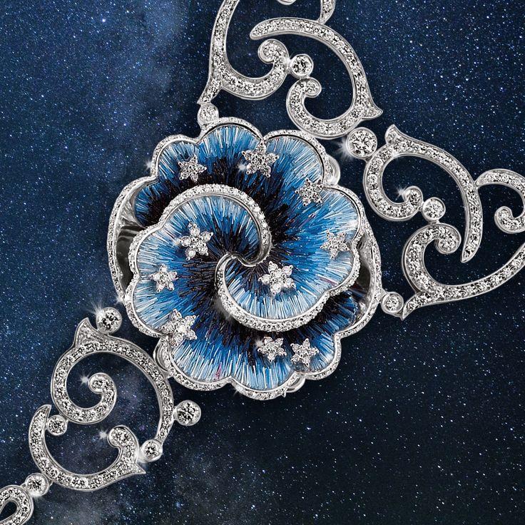 Petals in blue micromosaic with precious little diamonds stars. Discover our Jeux de Contraire necklace.