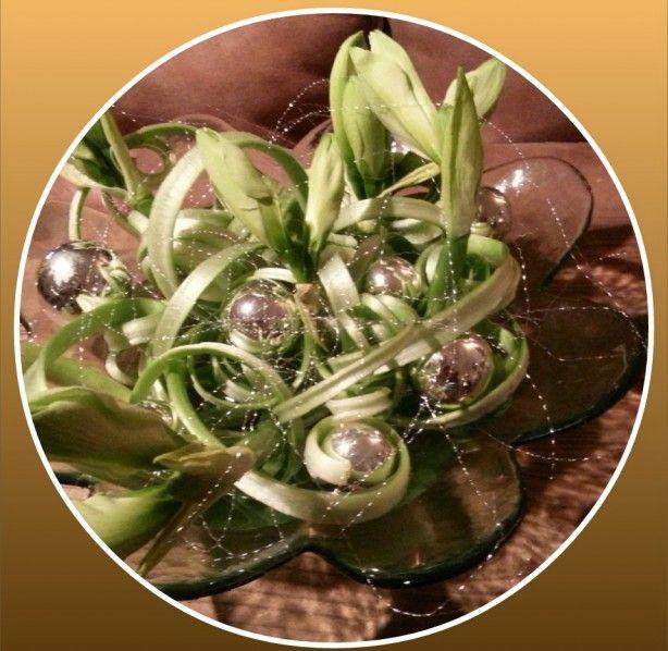 Zo eenvoudig....en toch zo mooi!!! Amaryllis stelen in lengte opensnijden,1 uur laten hangen in een emmer koud water. Zodra de stelen zijn gaan krullen kun je ze op een glazen schaal leggen met water en decoreren met kerstballen.