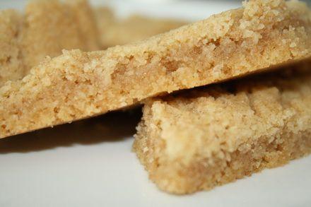 Kolakakor /Sirapskakor 100 gram rumstempurerat smör 1 dl strösocker 2 1/2dl vetemjöl 1tsk bakpulver 3msk sirap 1msk vaniljsocker 1 kryddmått salt Gör så här: Ställ ugnen på 175 grader. Rör ihop smöret och sockret. Blanda mjöl, bakpulver , vaniljsocker, och salt i en skål. Rör sedan ner alltsammans i smörblandningen. … Läs mer