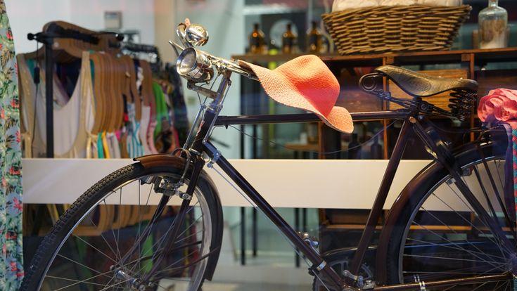 En el s.XIX activistas como Elizabeth Cady Stanton o Susan B. Anthony, ya vieron en la bicicleta una potente herramienta de de transformación de la sociedad. #Mujer #Libertad #Bicicleta #Derechos https://sabaticrab.com/alegria-entre-tus-piernas/